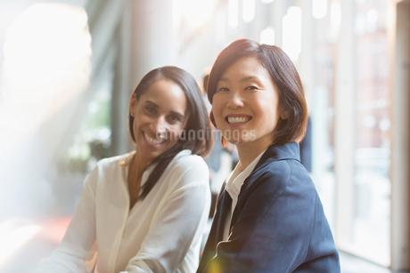 Portrait confident smiling businesswomenの写真素材 [FYI02176085]