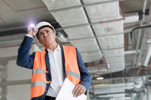 Foreman with flashlight at construction workerの写真素材 [FYI02176124]