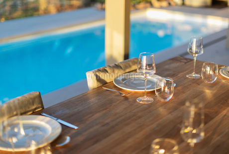 Placesettings on wood patio table at poolsideの写真素材 [FYI02176142]