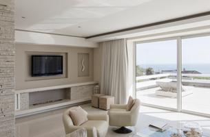 Beige and white modern luxury home showcase interior living roomの写真素材 [FYI02176146]