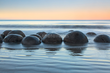 Tranquil seascape and boulders, Moeraki Boulders, South Island, New Zealandの写真素材 [FYI02176166]