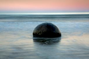 Tranquil seascape and boulder, Moeraki Boulders, South Island, New Zealandの写真素材 [FYI02176205]