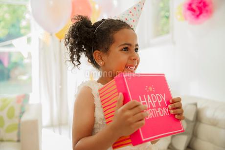 Eager girl holding birthday giftの写真素材 [FYI02176213]