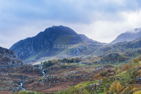 Craggy mountains and waterfalls, Glydrs from Nant Francon, Snowdonia,Walesの写真素材 [FYI02176335]