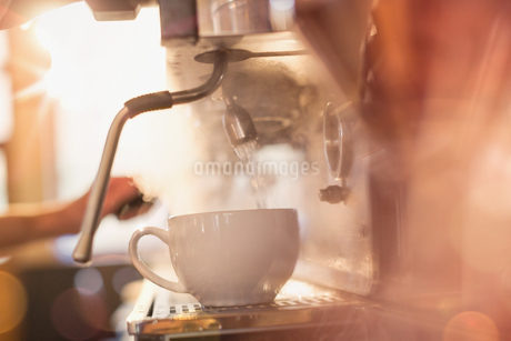 Close up espresso machine filling coffee cup with hot waterの写真素材 [FYI02176341]