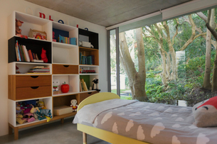 Home showcase interior child's bedroom with view of trees in gardenの写真素材 [FYI02176449]
