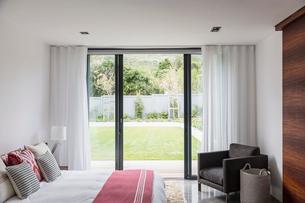 Home showcase interior bedroom with patio doors leading to yardの写真素材 [FYI02176480]