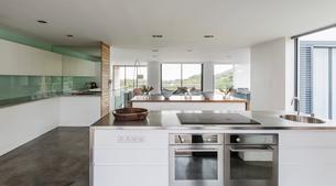 Modern, minimalist home showcase interior kitchenの写真素材 [FYI02176482]