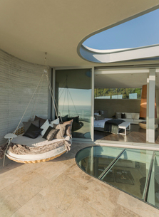 Hanging cushion bed on modern luxury home showcase patioの写真素材 [FYI02176495]