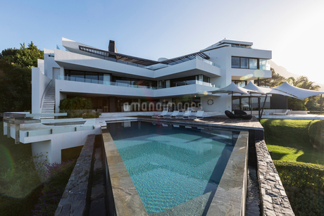 Modern luxury home showcase exterior with swimming poolの写真素材 [FYI02176531]