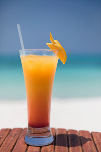 Orange cocktail on tropical ocean beachの写真素材 [FYI02176561]