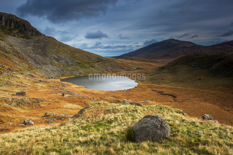 Remote lake, Llyn Teyern, Snowdon, Walesの写真素材 [FYI02176589]