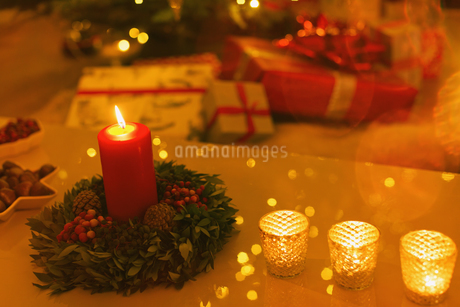 Ambient candles on Christmas tableの写真素材 [FYI02176631]