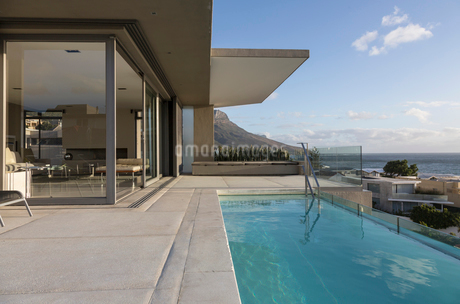 Lap swimming pool outside luxury home showcase exteriorの写真素材 [FYI02176641]