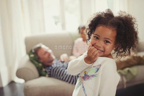 Portrait smiling, cute girl in living roomの写真素材 [FYI02176668]