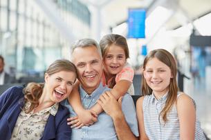 Portrait smiling family in airport departure areaの写真素材 [FYI02176715]