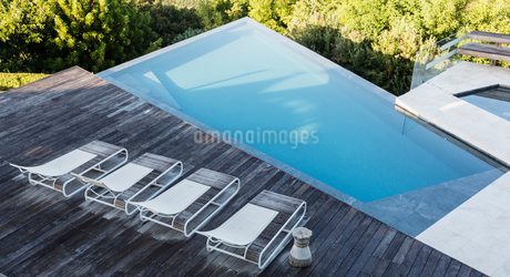 Modern, luxury deck with lounge chairs and swimming poolの写真素材 [FYI02176774]