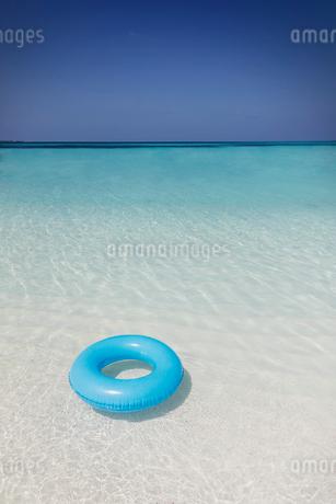 Blue inflatable ring floating in tropical oceanの写真素材 [FYI02176785]