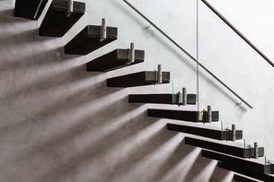Modern, minimalist floating staircase in home showcase interiorの写真素材 [FYI02176804]