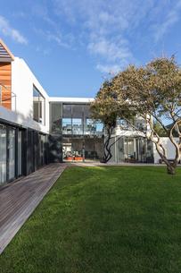 Modern, luxury home showcase exteriorの写真素材 [FYI02176834]