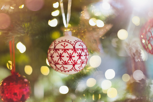 Red and white ornament hanging from Christmas treeの写真素材 [FYI02176855]