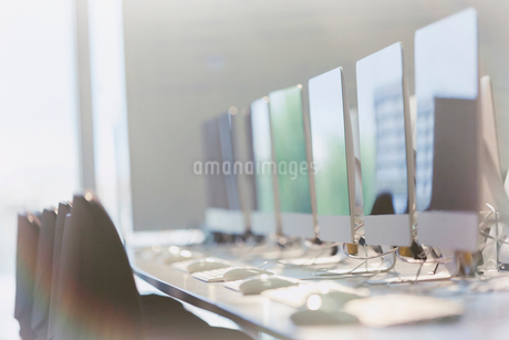 Computers in a row in officeの写真素材 [FYI02176857]