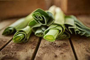 Still life close up fresh, organic, healthy green leek stems on woodの写真素材 [FYI02176858]