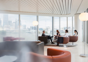 Business people meeting in urban highrise office loungeの写真素材 [FYI02176898]