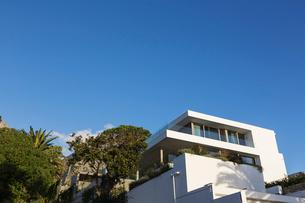 Modern luxury white home showcase exterior under blue skyの写真素材 [FYI02176904]