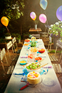 Balloons and food at garden party patio tableの写真素材 [FYI02176935]
