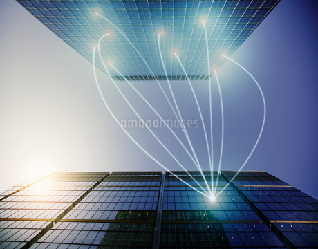 Fiber optic light trail communication connecting highrise buildings, conceptの写真素材 [FYI02176956]