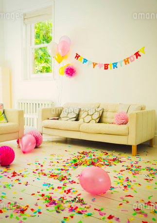 Birthday sign, balloons and confetti in living roomの写真素材 [FYI02177070]