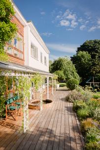 Sunny home showcase exterior villa with patio and gardenの写真素材 [FYI02177300]