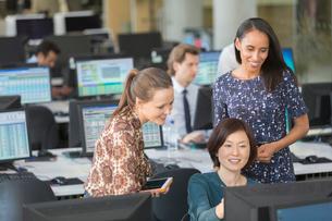 Businesswomen using computer in open plan officeの写真素材 [FYI02177301]