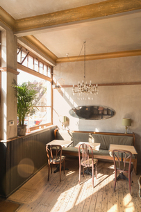 Wooden table with chairs and booth in empty vintage cafeの写真素材 [FYI02177323]
