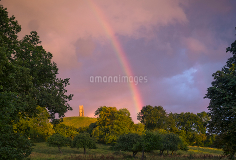 Tranquil rainbow over rural countryside parkの写真素材 [FYI02177363]