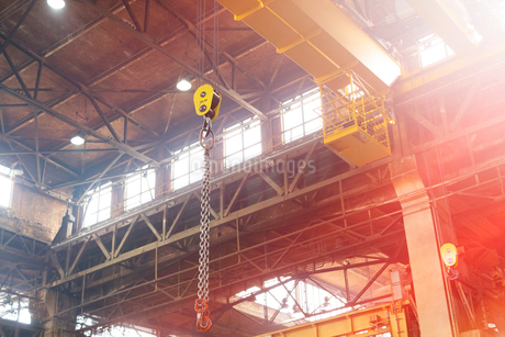 Chain hanging from crane in steel factoryの写真素材 [FYI02177384]