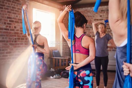 Women using resistance bands in exercise class gym studioの写真素材 [FYI02177402]