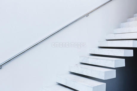 White, modern, minimalist floating staircaseの写真素材 [FYI02177463]