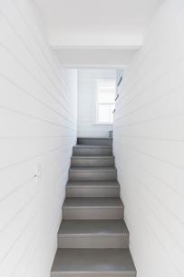 Gray stairs between whiteboard wallsの写真素材 [FYI02177491]