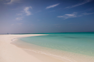 Tranquil blue tropical ocean beachの写真素材 [FYI02177624]