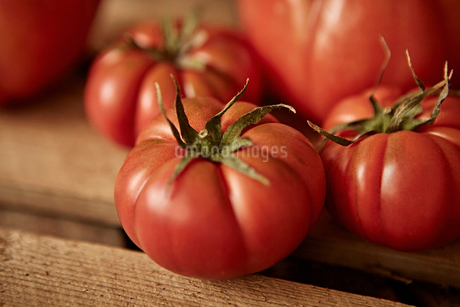 Still life close up fresh, organic, healthy red heirloom tomatoesの写真素材 [FYI02177675]