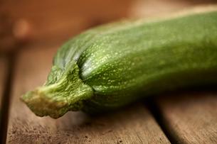 Still life close up fresh, organic, healthy green zucchini on woodの写真素材 [FYI02177716]