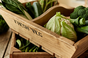 Still life fresh, organic, healthy, green vegetables in wooden crateの写真素材 [FYI02177740]