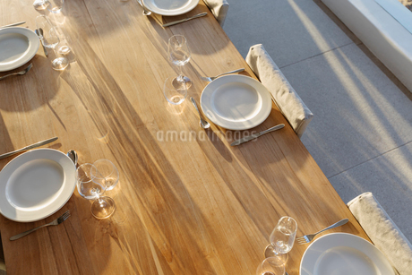 Placesettings on sunny wooden patio tableの写真素材 [FYI02177781]