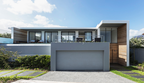 Modern home showcase exterior house with garageの写真素材 [FYI02177786]