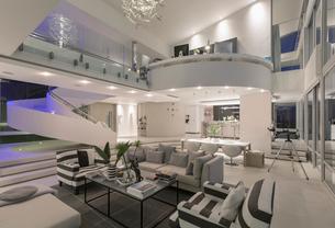 Illuminated modern luxury home showcase interior open planの写真素材 [FYI02177787]