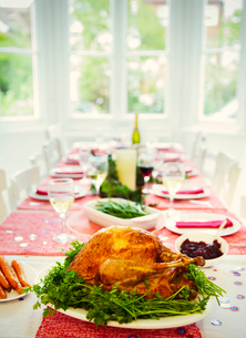 Christmas dinner turkey and white wine on dining tableの写真素材 [FYI02177836]