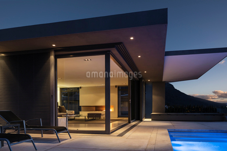 Illuminated modern home showcase exterior at nightの写真素材 [FYI02177875]