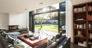 Sunny home showcase interior living room open to sunny yardの写真素材 [FYI02177903]